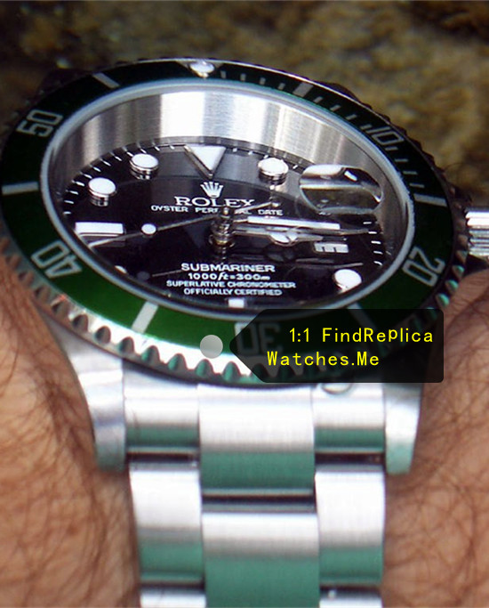Fake Rolex Submariner 16610LV-93250 Blue Bezel With Black Face on the Wrist In-kind shooting